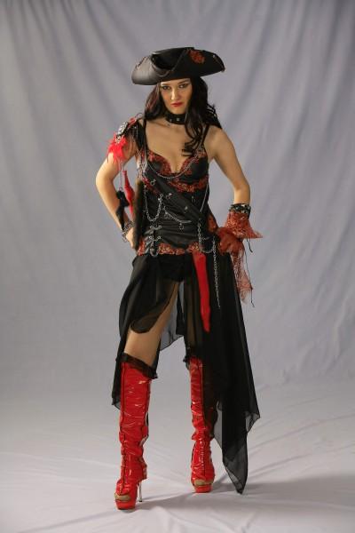 Пиратка в черно-красном