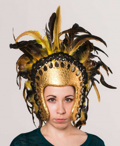 Желтые  перья на шляпке