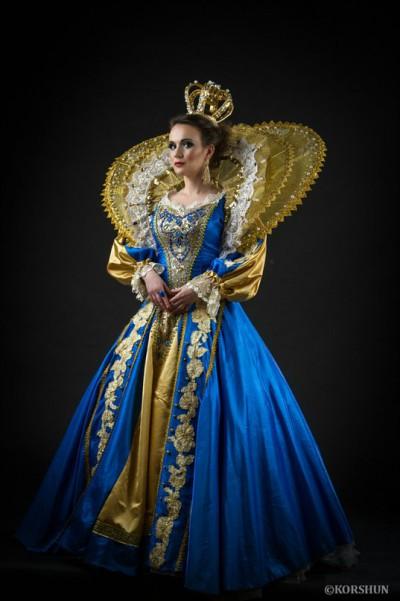 Королева в бирюзовом с золотой короной